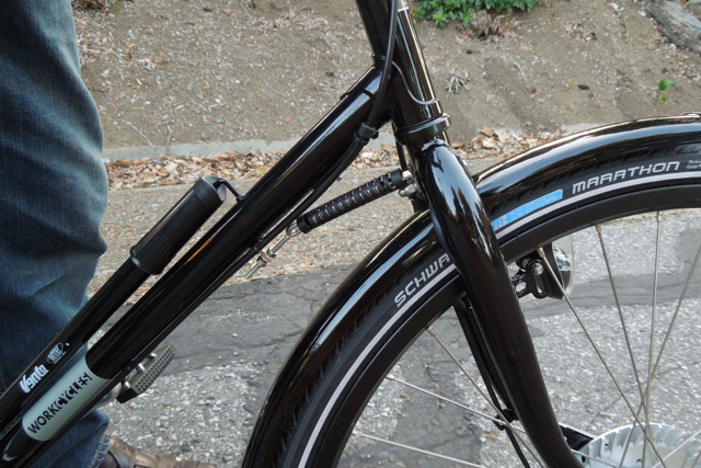 The little spring stabilizes the front wheel, perfect with a front rack.