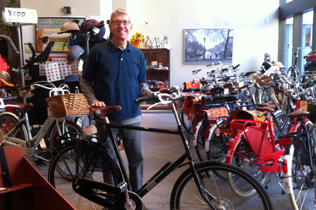 In the end, he chose a 65 cm WorkCycles Secret Service, special ordered from Holland.