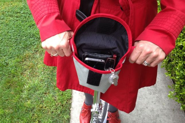 The handlebar bag from Rickshaw keeps the essentials at my fingertips.